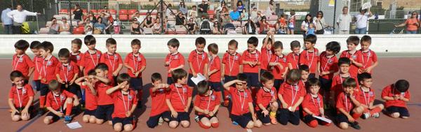 La entrega de medallas se desarrolló en el 'Tito Pedro' con los niños del Pavía uniformados