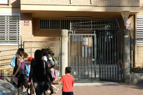Puerta principal de acceso al colegio Rafel Alberti de la ciudad de Almería, que recordará el Día Mundial contra el Trabajo Infantil