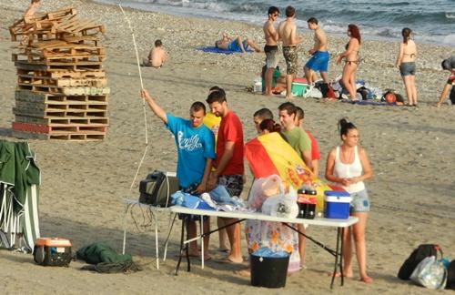 Los almerienses estuvieron pendientes de la Selección Española también desde la misma arena de la playa