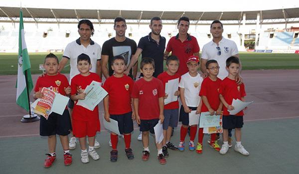 Los niños de las escuelas de la UD Almería tuvieron el premio de estar con sus ídolos rojiblancos