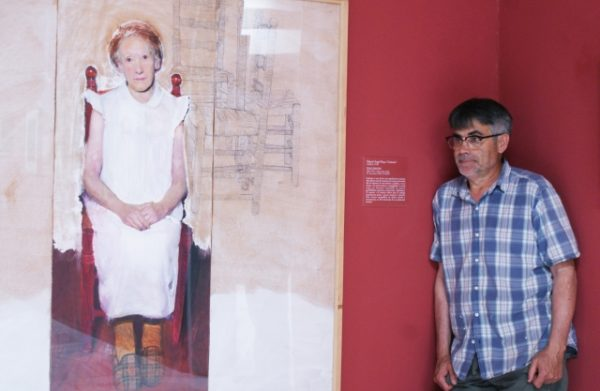 El artista madrileño Golucho, junto a una de sus obras