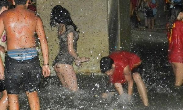 Almería ha sofocado el calor de la noche con el triunfo de España y en la fuente de la plaza de Las Velas