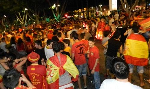 En Almería se ha hecho un pasillo de aficionados de España a los coches que portaban banderas rojas y gualdas