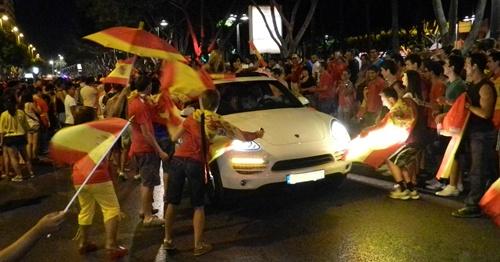 Las miles de personas echadas a la calle en Almería por la Eurocopa 2012 han hermanado entre coches y peatones
