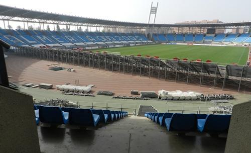 La diferencia de visibilidad entre los fondos 'de obra' y los supletorios del Estadio de los Juegos Mediterráneos es más que sustancial