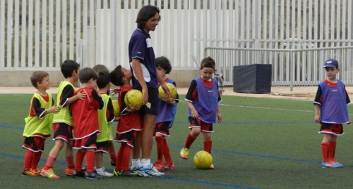 El trato directo con los niños ha sido siempre un fuerte en Ibán Andrés, clave en la cantera de la UD Almería