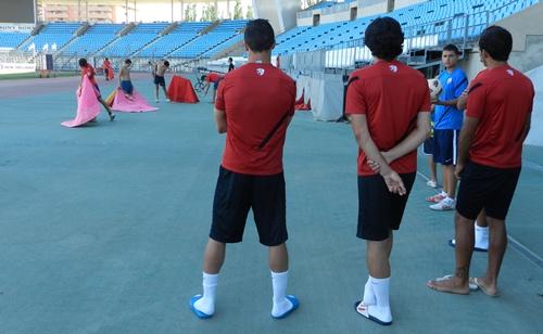 Los jugadores de la UD Almería se hicieron su foto individual en presencia de los alumnos de la Escuela Municipal Taurina