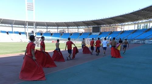 Los alumnos calentaron dando varias vueltas al Estadio de los Juegos Mediterráneos
