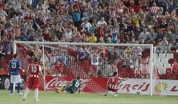 La UD Almería gana al Xerez con dos goles de Charles
