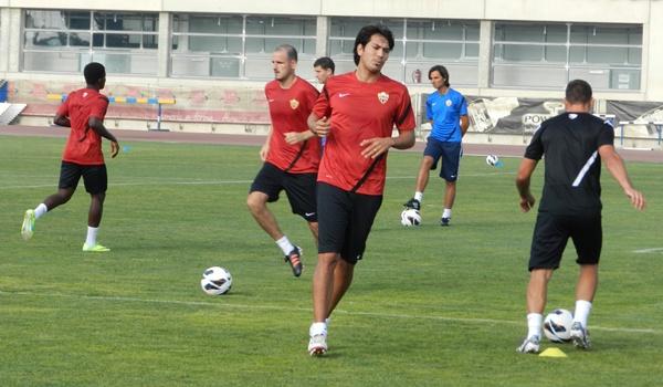 A pesar de todas las ofertas que se han manejado, Ulloa se queda en el Almería con otro contrato mejorado