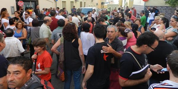 Más de un centenar de personas se han citado en la calle Remo de Almería para impedir un desahucio