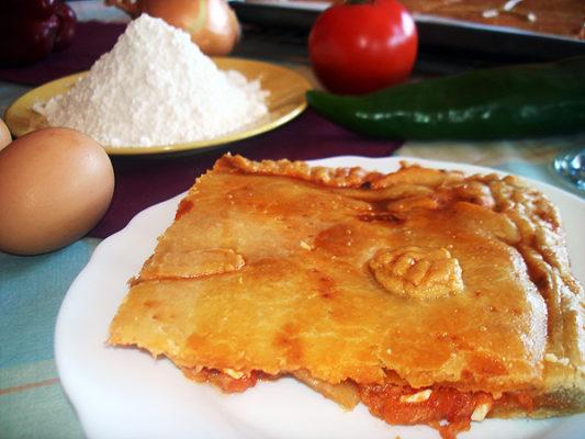 Empanada casera de pisto, huevo y atún porción