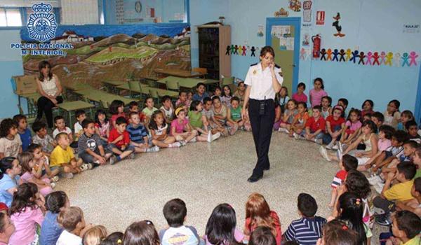 Efectivos del Cuerpo Nacional de Policía mantienen encuentros en los centros escolares de Almería y El Ejido