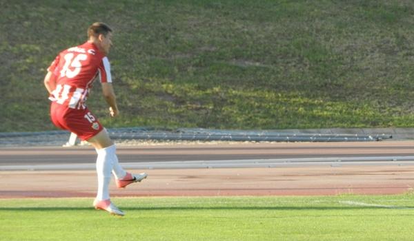 Raúl García juega de lateral izquierdo en el Almería B y procede de la cantera del Deportivo de la Coruña