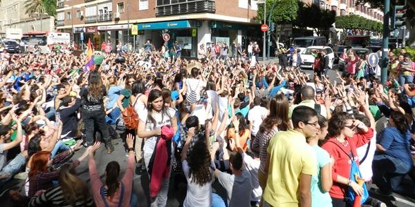 Un millar de universitarios de Almería toman la calle en su primer día de lucha
