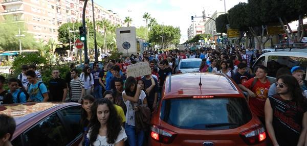 El tráfico de la ciudad de Almería se ha visto interrumpido por la marcha estudiantil