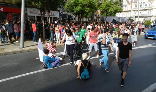 Los estudiantes han salido a la calle en protesta por los recortes en educación