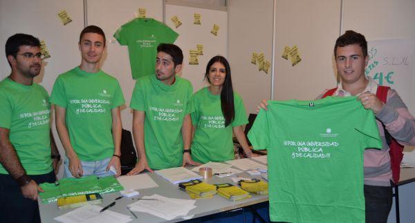 Consejo Estudiantes vendiendo camisetas en las JPA