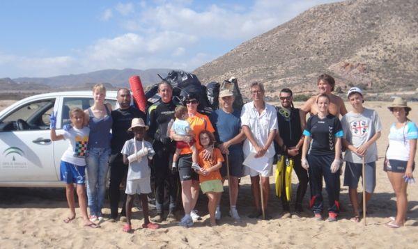 voluntarios limpieza playas c. gata