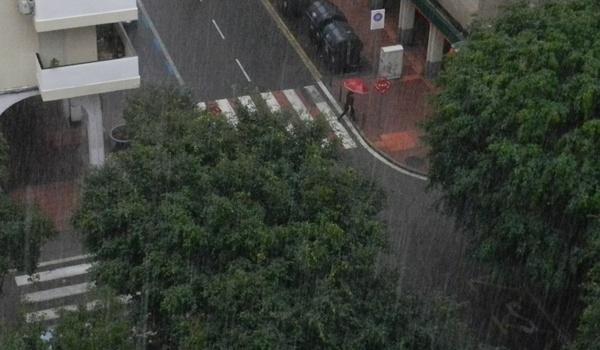 La intensa lluvia ha sorprendido a la capital de Almería y ha provocado alerta naranja