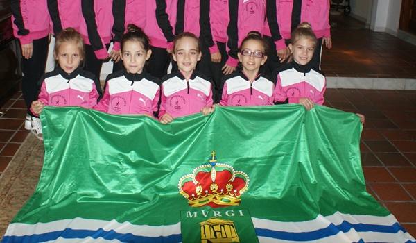 Cinco de las representantes de la localidad posaron con la bandera ejidense