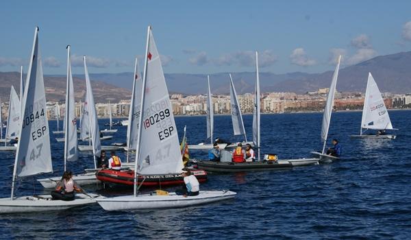 La clase Láser 4.7 está decidiéndose en la Bahía de Almería