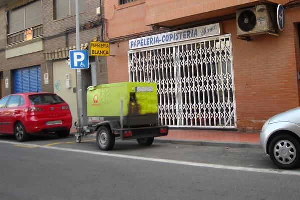 La empresa alimenta a una estación con un generador portátil que molesta a los vecinos de El Zapillo, barrio de Almería