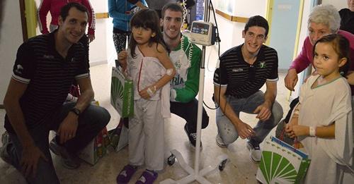 Unicaja Almería, líder de la Superliga, reparte regalos a niños hospitalizados por Navidad