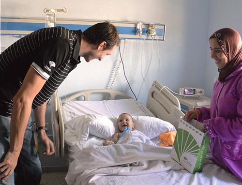 Unicaja Almería entrega regalos a niños hospitalizados