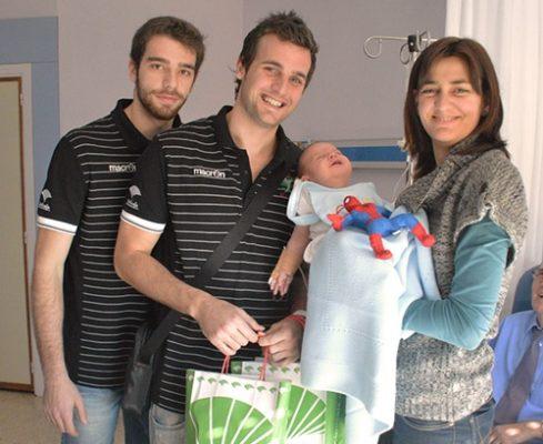 Unicaja Almería entrega regalos a los niños hospitalizados