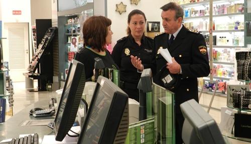 El plan Comercio Seguro de la Policía está llegando a los establecimientos de Almería