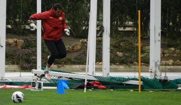 El portero del Almería ensalza a su defensa y valora altamente al Córdoba, su próximo rival en Liga Adelante