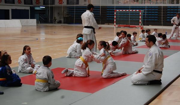 Niños y niñas de Almería en el pabellón de los Juegos Mediterráneos