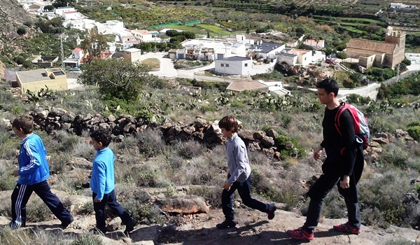 Escuela Municipal de Montañismo de Almería haciendo senderismo