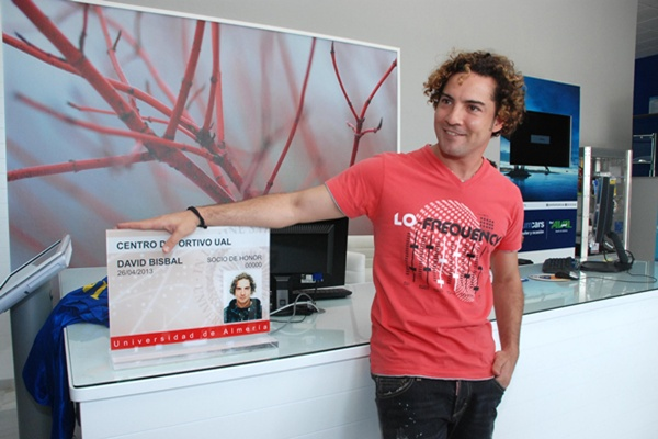 El cantante de Almería apoya a la Universidad de Almería y visita el campus