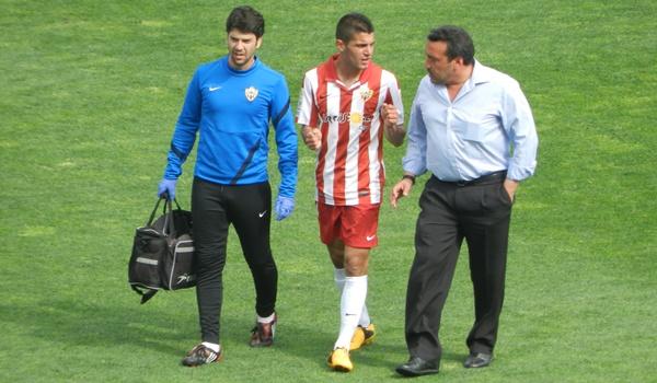 Es jugador del Tottenham y está cedido en la UD Almería de la Liga Adelante de España