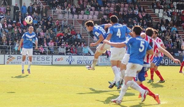 El Almería termina ganando para seguir optando al ascenso directo a Primera División