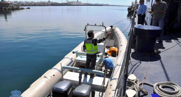Interceptada una embarcación con 350 kilos de hachís en la playa de Costacabana en Almería