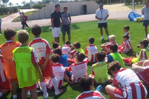 La UD Almería de Primera cuida la cantera con medio centenar de niños