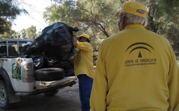 Trabajadores de la Junta en tareas de limpieza