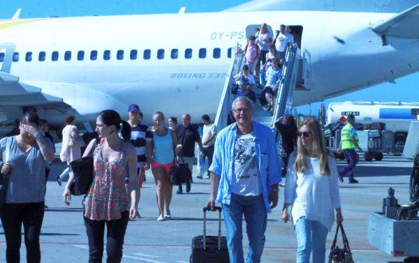 Pasajeros de Oslo desembarcan en el Aeropuerto de Almería