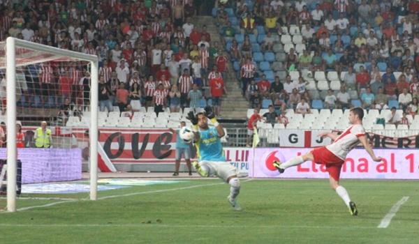 El Almería debuta en Primera con derrota pero con dos goles del jugador de Sevilla