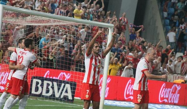 El Almería no ganó a un recién ascendido pero el de Orihuela marcó de penalti