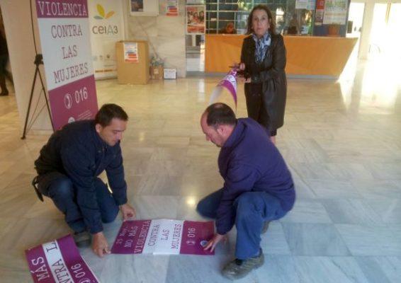 Maria Angustias Guerrero colocando carteleria Violencia contra Mujeres