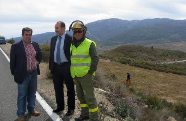 José Manuel Ortiz y el alcalde de Paterna, con el encargado de los trabajos preventivos contra incendios forestales en el Parque Natural Sierra Nevada