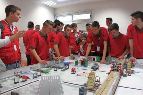 Uno de los equipos durante la prueba con sus robots
