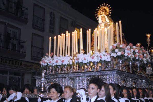 La Virgen de los Dolores, a hombros de las costaleras,  procesiona en Carboneras