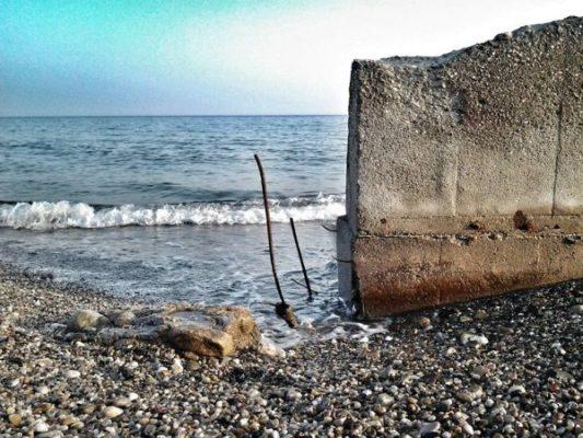 Hormigón, hierros y piedras sustituyen a la arena de la playa en esta franja de litoral