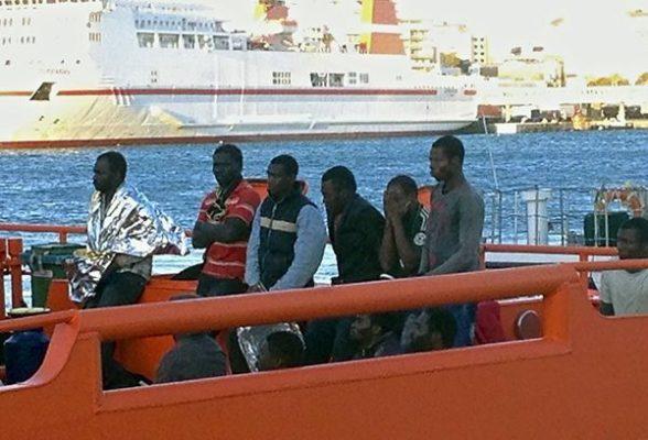 Ocupantes de la patera rescatados por Salvamento Marítimo. Foto: Fernando Calón