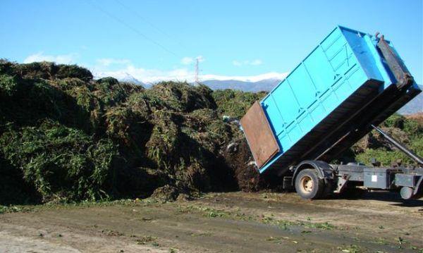 camiones descargando residuos